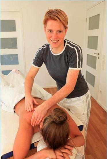 Die Physiotherapeutin Christa Lücke aus Hamburg bei der Rückenmassage einer Patientin